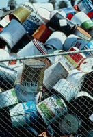 殺虫剤の空き缶の廃棄場