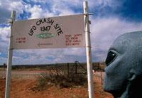 UFO墜落現場近くの標識とエイリアン