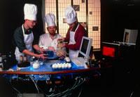 調理をする3人の男性 01809017351| 写真素材・ストックフォト・画像・イラスト素材|アマナイメージズ