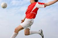ゴールへのシュートをねらうサッカー選手