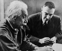 アルベルト・アインシュタインとロバート・オッペンハイマー 01809022158| 写真素材・ストックフォト・画像・イラスト素材|アマナイメージズ