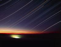 Star trails over Queen Charlotte city,Canada 01809023511| 写真素材・ストックフォト・画像・イラスト素材|アマナイメージズ