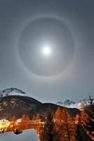 Lunar halo 01809028860| 写真素材・ストックフォト・画像・イラスト素材|アマナイメージズ