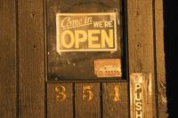 バーのドアの看板 ニューヨーク アメリカ