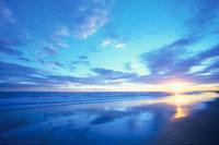 夕焼け空と光る砂浜 01815010025| 写真素材・ストックフォト・画像・イラスト素材|アマナイメージズ