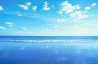 雲と光る砂浜