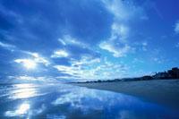 黄昏雲と太陽 01815010032| 写真素材・ストックフォト・画像・イラスト素材|アマナイメージズ