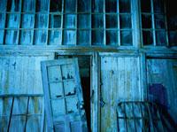廃墟の板壁と窓ガラス