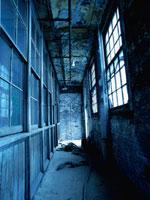 廃墟の廊下の窓から射す光