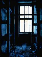 廃墟の荒れた部屋の窓から射す光