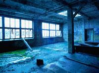 廃墟の荒れた部屋と窓ガラス