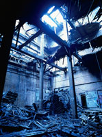 廃墟の瓦礫と柱に射す光
