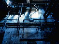 廃墟の配管と壁に射す光