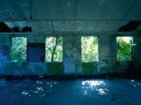 廃墟の剥がれたペンキの壁と4つの窓