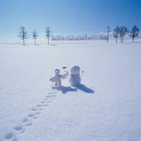 雪だるまと後姿の丘の妖精人形 フォトイラスト 美瑛 北海道