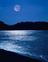 満月と海 1月  三陸海岸 岩手県