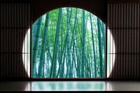 丸窓と竹林