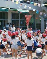 運動会で玉入れをする子供たち