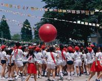 運動会の大玉送りの日本人の小学生たち