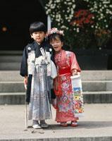 七五三祝いの着物を着た日本人の男の子と女の子 杉並区 東京都