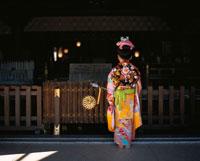 着物を着た日本人の女の子の後姿