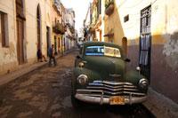 車と旧市街の路地 01844010918| 写真素材・ストックフォト・画像・イラスト素材|アマナイメージズ