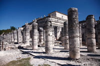 千本柱の間の列柱と戦士の神殿 チチェン・イッツァ遺跡 01844010979| 写真素材・ストックフォト・画像・イラスト素材|アマナイメージズ