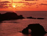 夕日と島と海   能登金剛 石川県