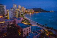 夜のダイアモンドヘッドとワイキキビーチ 01881422747| 写真素材・ストックフォト・画像・イラスト素材|アマナイメージズ