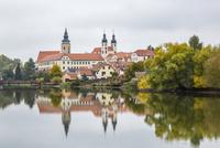 ウリツキー池と教会 01881425899| 写真素材・ストックフォト・画像・イラスト素材|アマナイメージズ