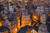サナア旧市街/俯瞰/夜景 01888612174| 写真素材・ストックフォト・画像・イラスト素材|アマナイメージズ