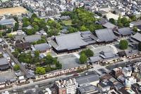 本願寺(西本願寺) 空撮 01888612424| 写真素材・ストックフォト・画像・イラスト素材|アマナイメージズ