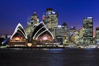 シドニー・オペラハウスとビル群 夜景 01888612694  写真素材・ストックフォト・画像・イラスト素材 アマナイメージズ
