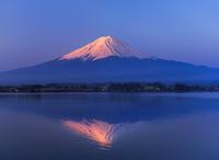 赤富士 河口湖から望む富士山 逆さ富士