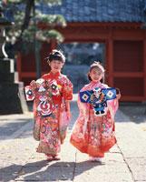 凧を持つ2人の着物の日本人の女の子