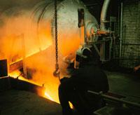 溶鉱炉と作業をする人物(オレンジ色)