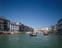 ゴンドラとリアルト橋   イタリア