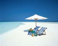 白い砂浜のビーチチェアと白いパラソル モルジブ