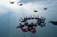 空中で輪になるスカイダイバーたち 01948000602| 写真素材・ストックフォト・画像・イラスト素材|アマナイメージズ