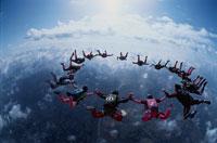フォーメーションスカイダイビングと雲の空撮 01948000755| 写真素材・ストックフォト・画像・イラスト素材|アマナイメージズ