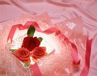 箱に入った3つのバラにリボン