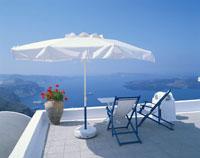 白いパラソルのあるテラス サントリーニ島 ギリシャ