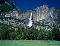 ヨセミテ滝と草原    カリフォルニア アメリカ