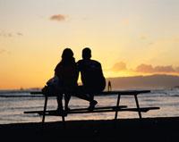 カピオラニ公園のイスに座る外国人カップルのシルエット ハワイ