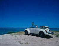 ワイマナロビーチに止まる1台のワーゲンと海 オアフ島 ハワイ