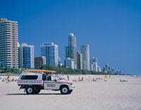 ライフガードの車と海岸 ゴールドコースト オーストラリア
