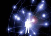 地球を囲むネットワークの光と人物のイメージ CG