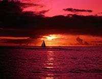 夕日に染まる海面と船  ハワイ 02022023180| 写真素材・ストックフォト・画像・イラスト素材|アマナイメージズ