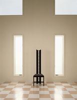タイルの床と椅子