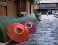 白川付近の家並と和傘 祇園 京都府